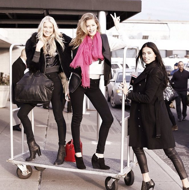 維多利亞的祕密(Victoria's Secret)超模們站上推車俏皮入鏡。圖/...