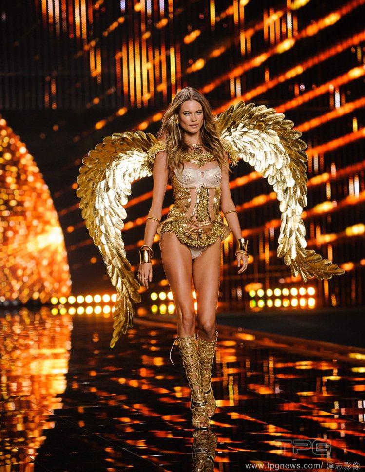 兩大主題色系黑與金幾乎貫穿全場,天使超模們化身黑天鵝、金鳳凰,搖曳生姿。Beha...