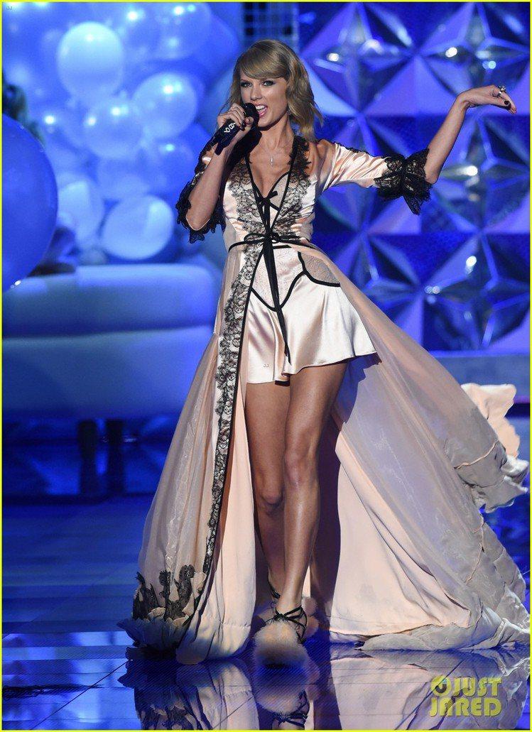 泰勒絲也換裝演出,粉紅睡袍搭配黑色蕾絲裝飾,性感甜美。圖/擷自justjared