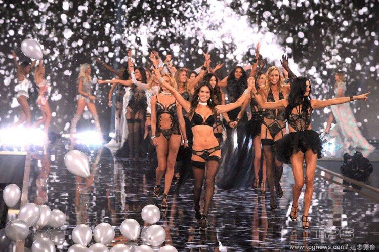 維多利亞的秘密內衣大秀,今年兩大主題色系黑與金幾乎貫穿全場,天使超模們化身黑天鵝...