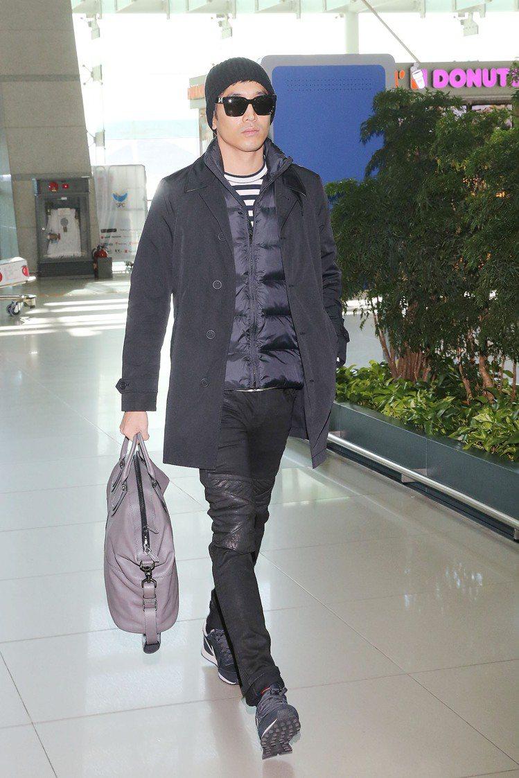 Eric文晸赫 (神話成員之一) - 穿著BURBERRY Brit科技布料大衣...