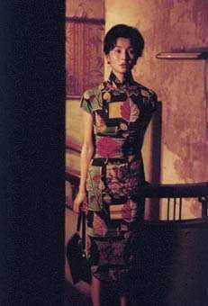 《花樣年華》故事背景時空設定為1960年代的香港,在片中可見到張曼玉飾演的職業女...
