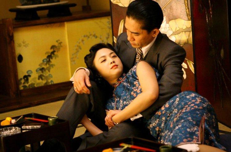 李安導演2007年推出的《色,戒》,片中由湯唯飾演的女大生王佳芝,因為要執行刺殺...
