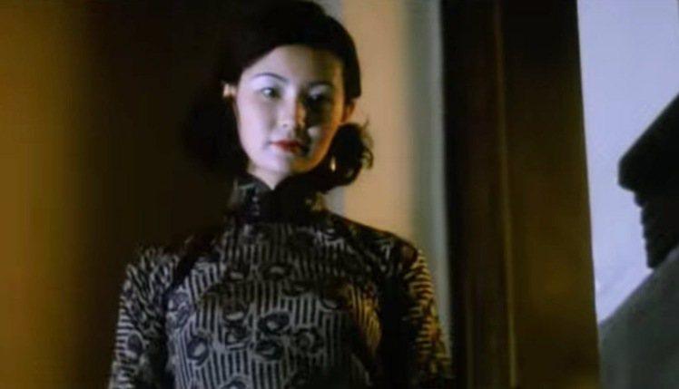 身為明星,阮玲玉的服裝自然非常講究,她的旗袍布料到作工細節絲毫不馬虎,適時搭配大...