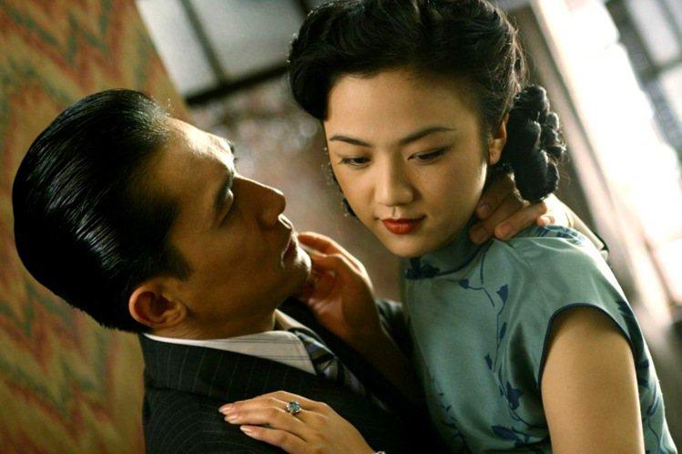 1940年代的上海與香港,女人流行穿短袖旗袍,好讓豐腴白皙的手臂可以完美呈現出象...