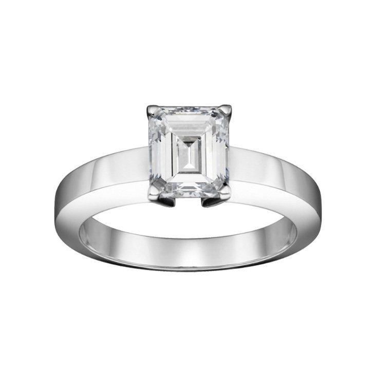 部分女性會選擇鑲嵌祖母綠切割鑽石的婚戒,凸顯個性。圖/卡地亞提供