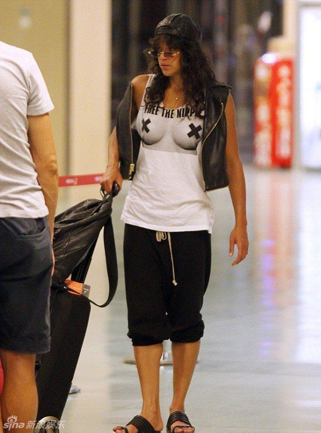 「惡靈古堡」女星蜜雪兒羅德里奎茲穿着「解放乳頭」的T恤。圖/擷自新浪娛樂