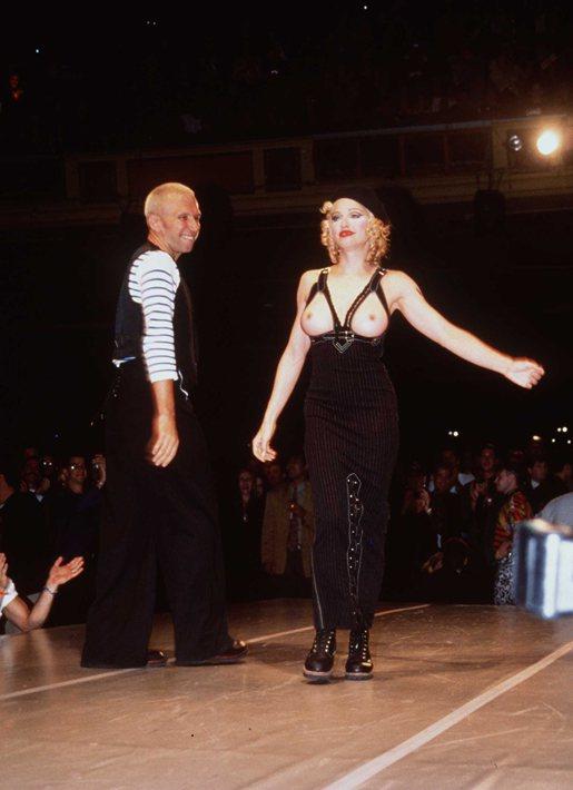 瑪丹娜在1992年高第耶秀上大膽走秀。圖/擷自thefashionspot