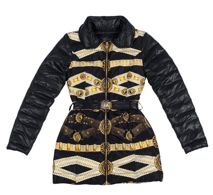 全新 Versus Versace 羽絨夾克主打細膩且色彩豐富的巴洛克印花。32...