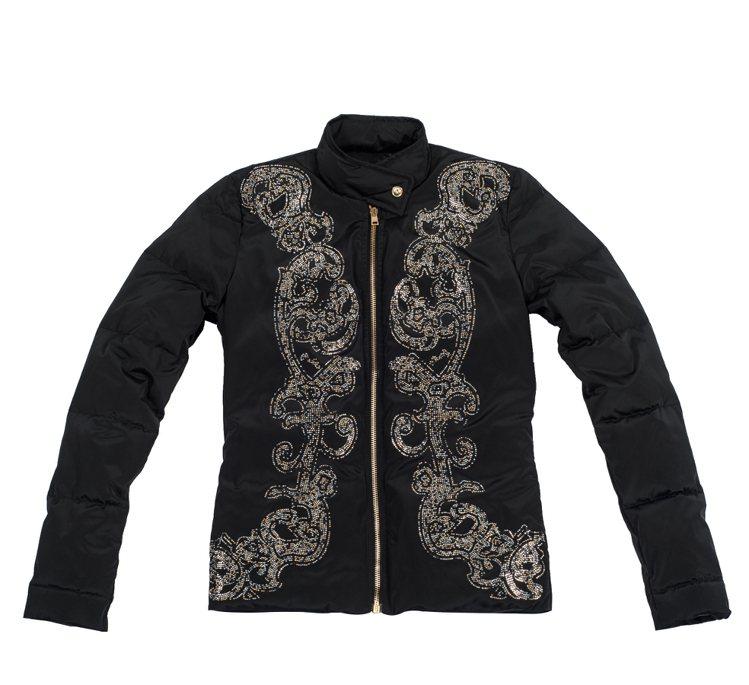 全新 Versus Versace 羽絨夾克主打細膩且色彩豐富的巴洛克印花。29...