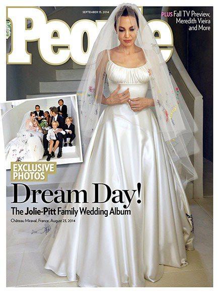 裘莉的Versace婚紗搶先在People時人雜誌曝光。圖/擷自people.c...