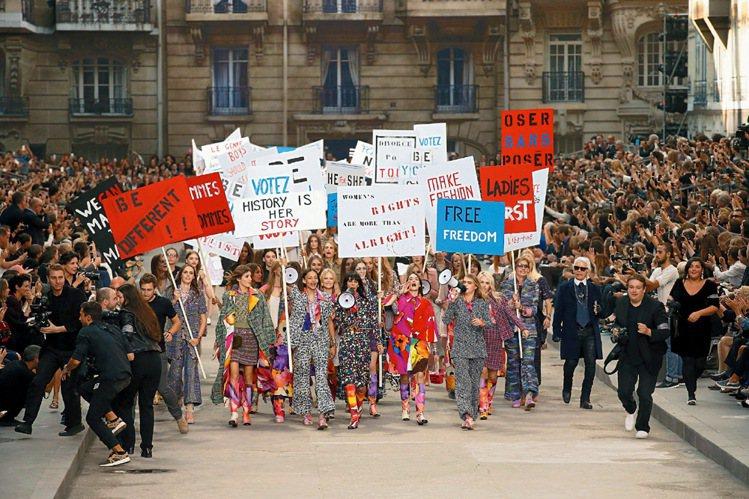 香奈兒大秀將伸展台打造成女權運動街頭抗議的場景。圖/Chanel提供