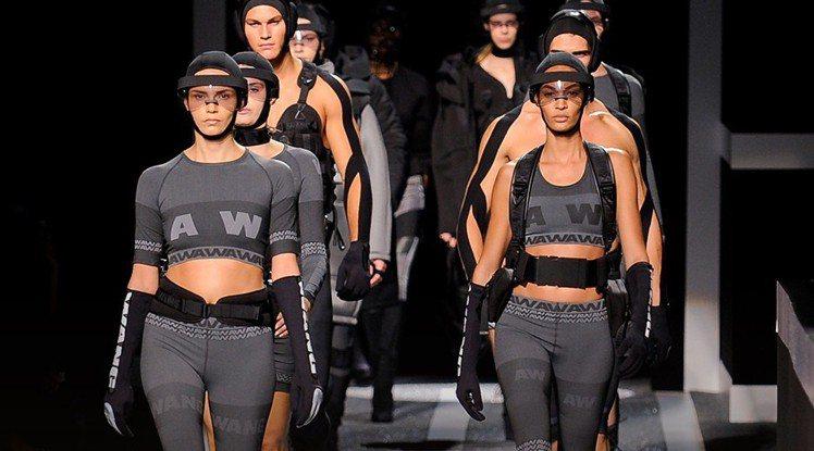 「Alexander Wang X H&M」融入運動風,實穿又時尚。圖/擷自 ...
