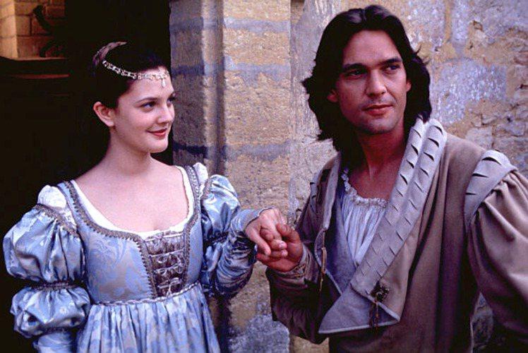 《灰姑娘,很久很久以前》特意打造出中世紀的服裝風格,讓身材較豐腴的茱兒芭莉摩能夠...