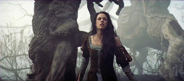 《公主與狩獵者》中,克莉絲汀史都華飾演的白雪公主造型以村姑風為主,後期還變身聖女...