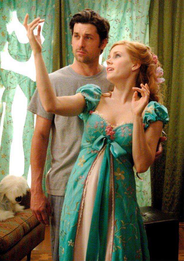 《曼哈頓奇緣》一片集合了白雪公主、睡美人等迪士尼動畫故事,但它的服裝和這兩部電影...