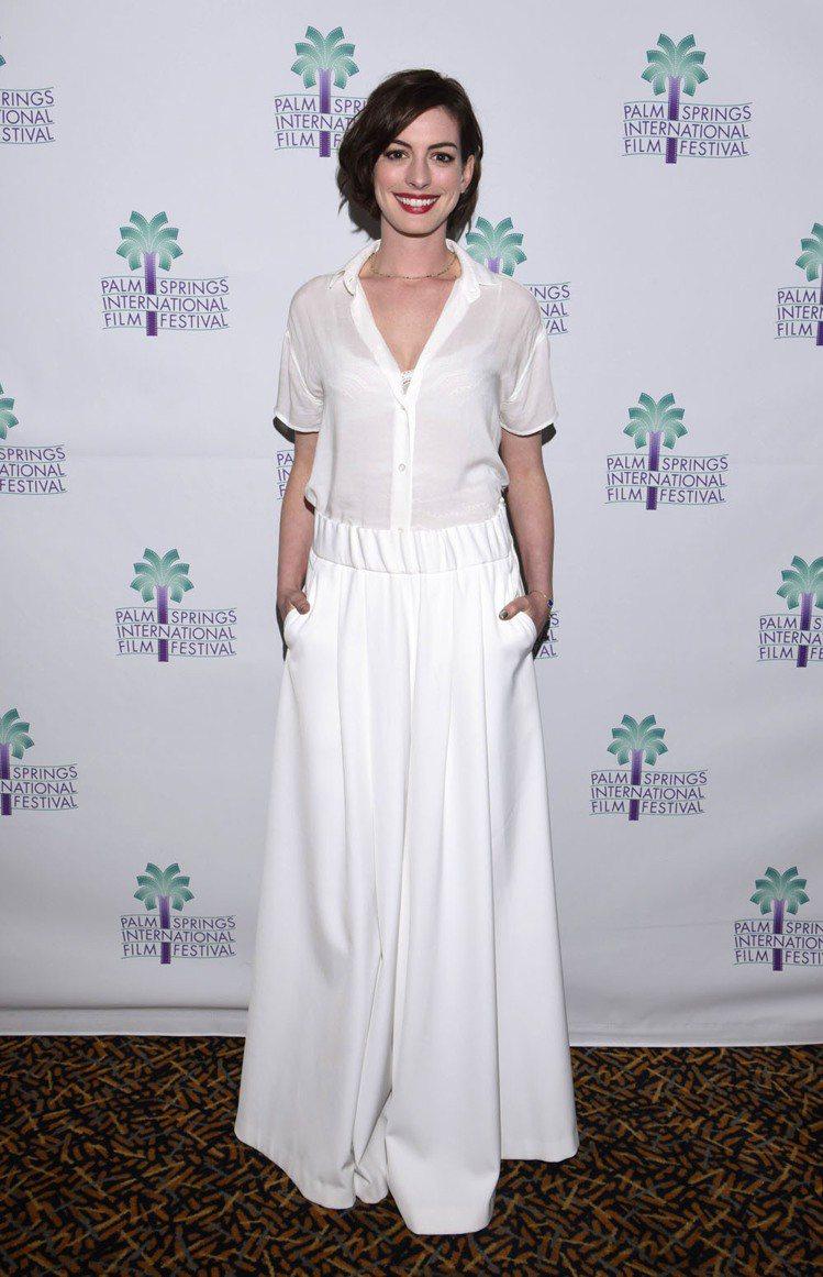 安海瑟薇近日出席棕櫚泉國際電影節時,身穿白色襯衫搭白色寬管褲,敞開的領口讓她的臉...