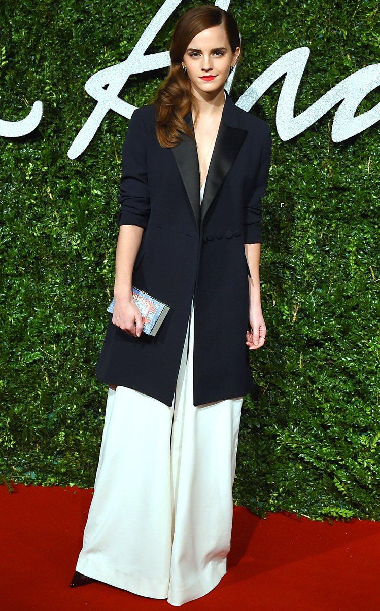 上月舉行的英國時尚獎紅毯上,艾瑪華森選擇以 Misha Nonoo 連身寬管褲搭...