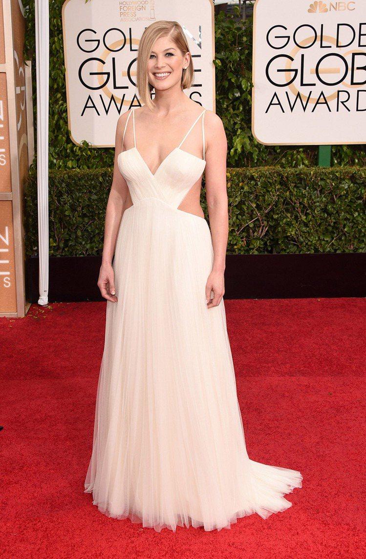 羅莎蒙派克穿了 Vera Wang 禮服,同樣露胸又露腰的設計感覺得出她的野心十...