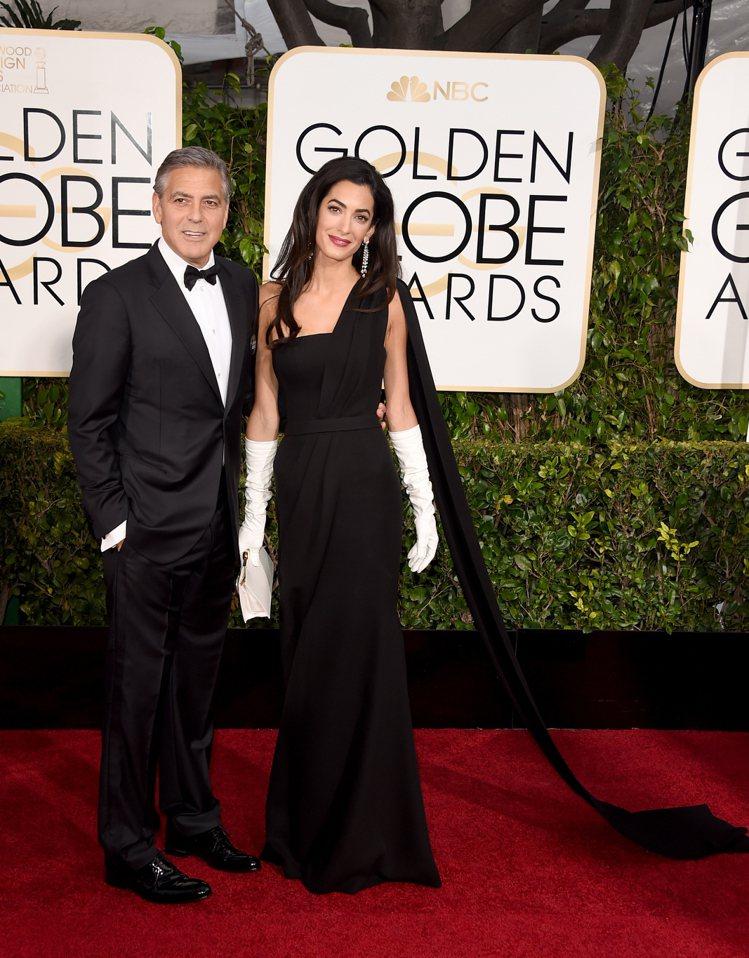 阿拉瑪汀挑了 Dior 黑色訂製服。原本很隆重的衣著在那雙白手套的陪襯下顯得好廉...