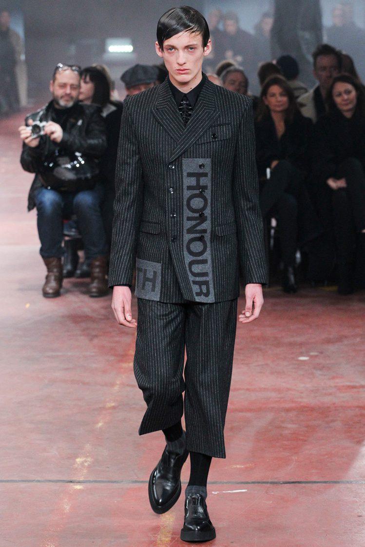 Alexander McQueen 將長條字母印花融入西裝中、搭配率性的七分西裝...