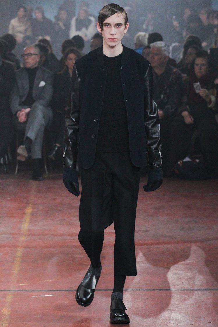 皮革拼接夾克搭配七分西裝褲,展現瀟灑率性的紳士運動風。圖/擷自style.com
