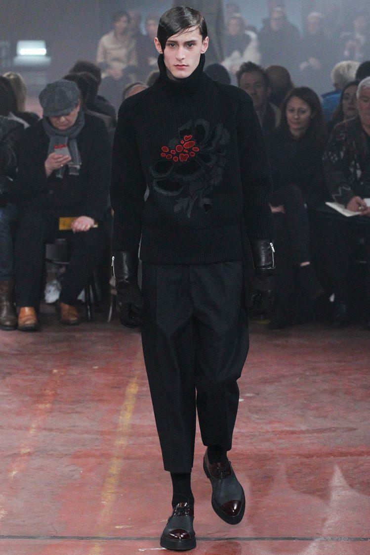 Alexander McQueen 將花朵元素搬上秋冬男裝。圖/擷自style....