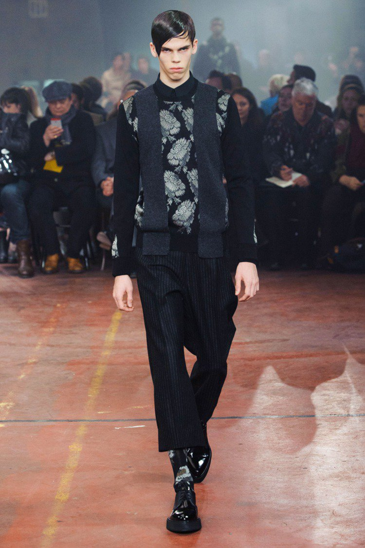 Alexander McQueen 利用幾何剪裁與拼接技巧,將花朵巧妙地融入條紋...