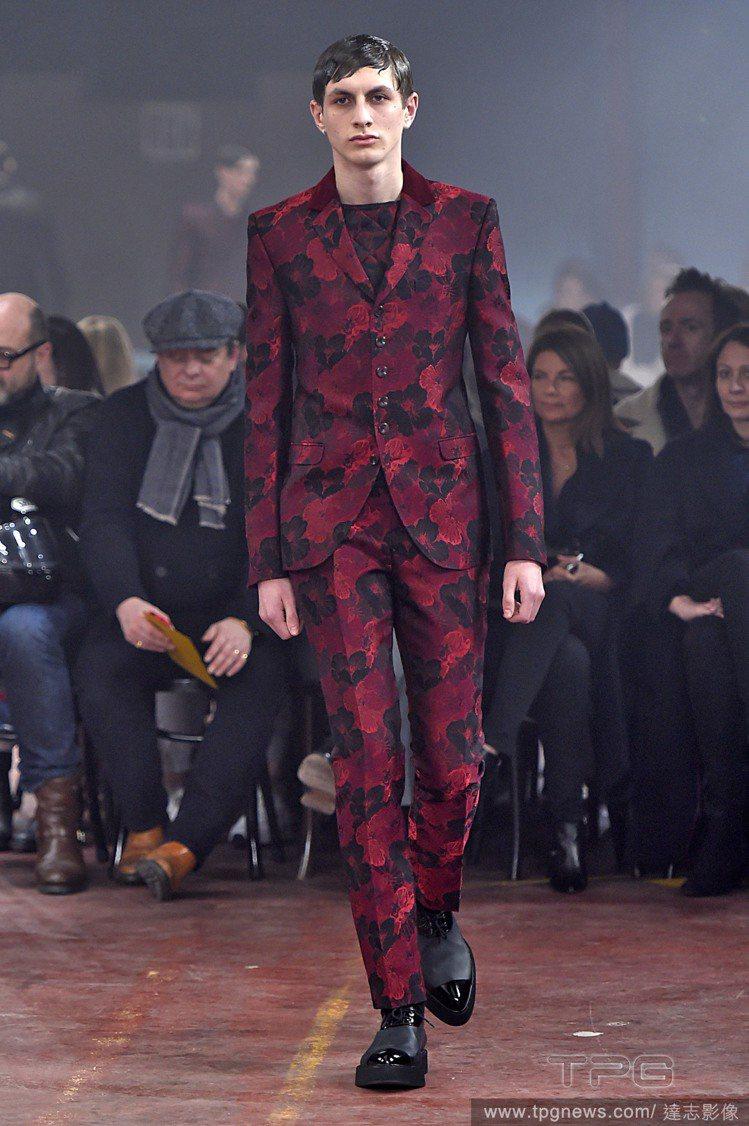 Alexander McQueen 將花朵渲染上挺拔西裝,深沉的藍加上血色紅彩,...