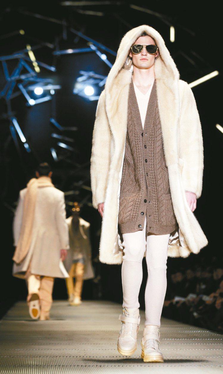CERSACE針織外套外罩上一件白色連帽皮草外套,優雅中仍帶奢華。圖/美聯社