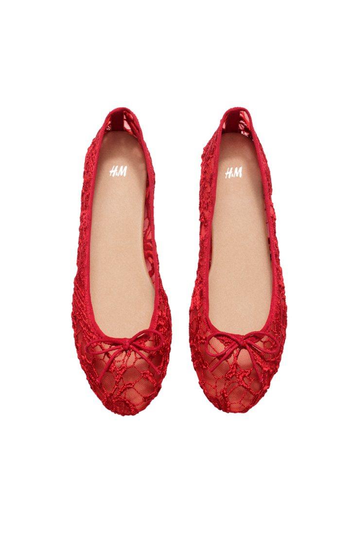 H&M新春系列蕾絲平底鞋。圖/ H&M提供