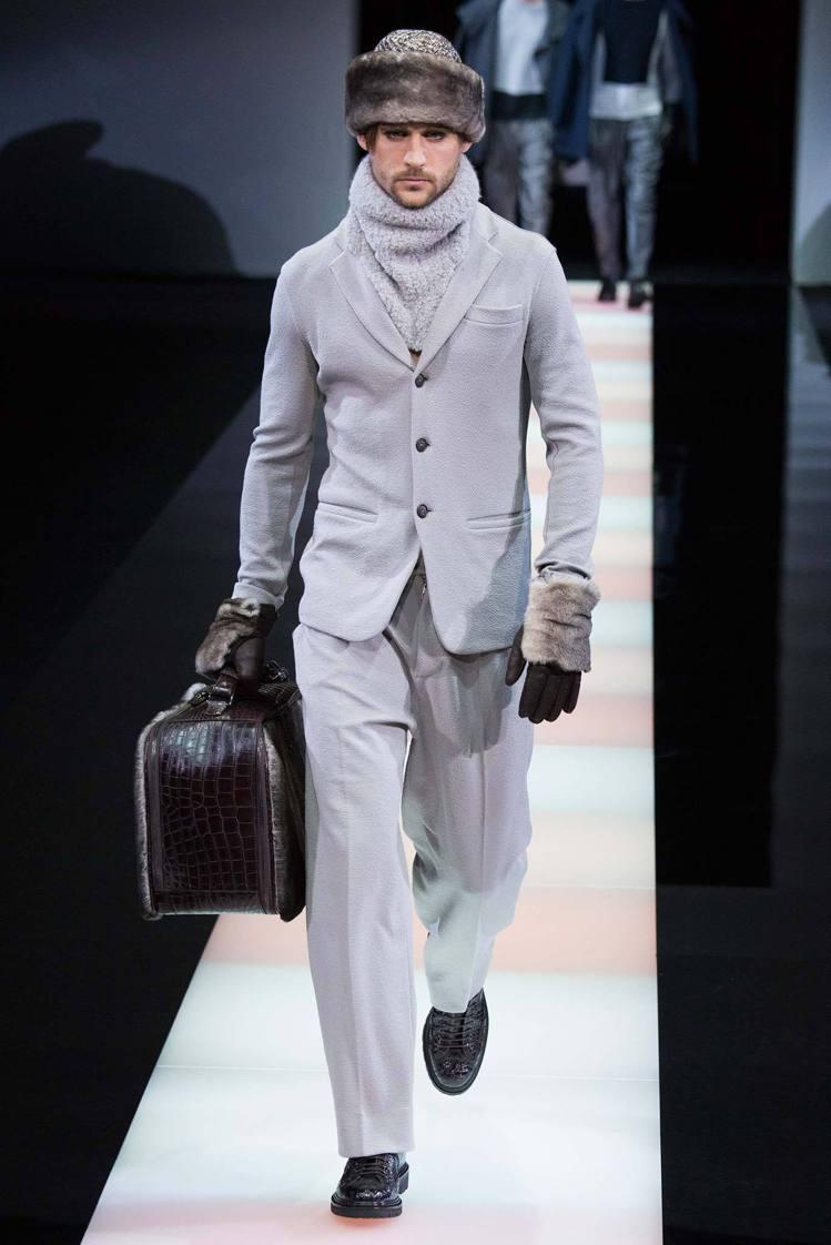 Giorgio Armani 全系列展現出一種「北國型男」氛圍,粗獷的皮草搭西裝...