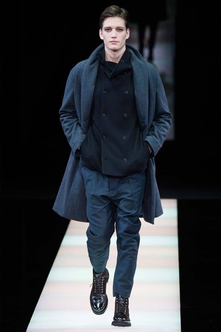 Giorgio Armani雙層外套的搭配是另一重點,西裝外再加大衣,或是兩層西...