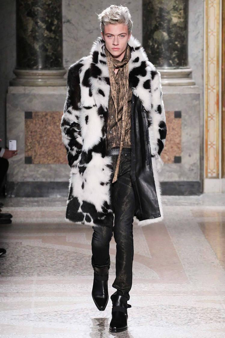 Roberto Cavalli 依然圍繞著窄版線條,絲絨翻領或皮草打造的西裝外套...