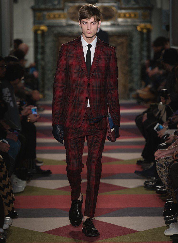 VALENTINO 2015 秋冬男裝不管是配色或是圖案設計都更加活潑,但又不失...