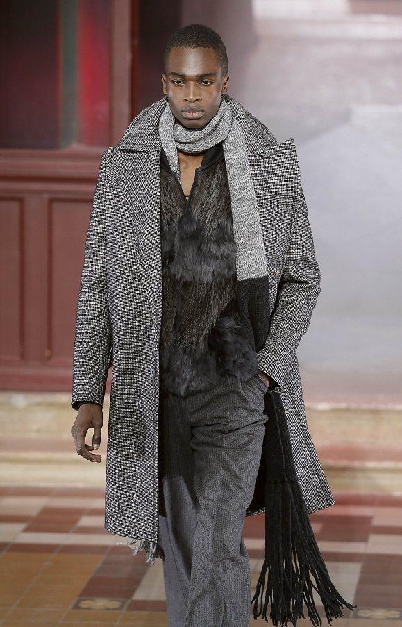 LANVIN帥氣薄大衣,搭配寬鬆高腰剪裁的長褲。圖/法新社