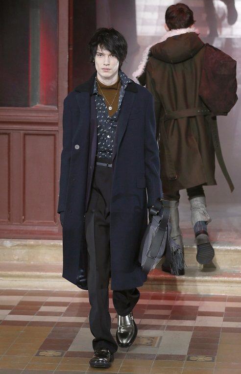 LANVIN男裝有多種風貌,有簡約陽剛的軍裝風,也有融入奢華重金屬元素的黑色勁裝...