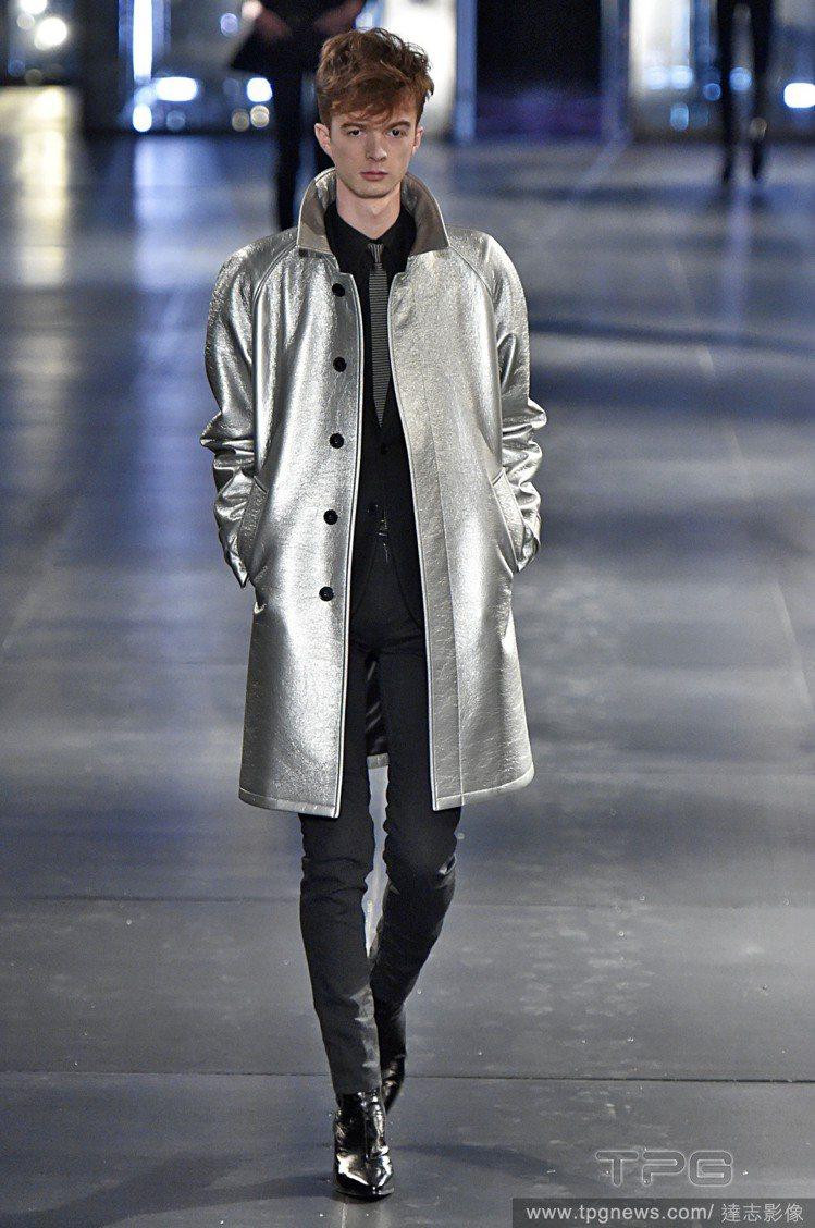 聖羅蘭2015 秋冬男裝,反骨靈魂注入一絲浪漫柔情。圖/達志影像
