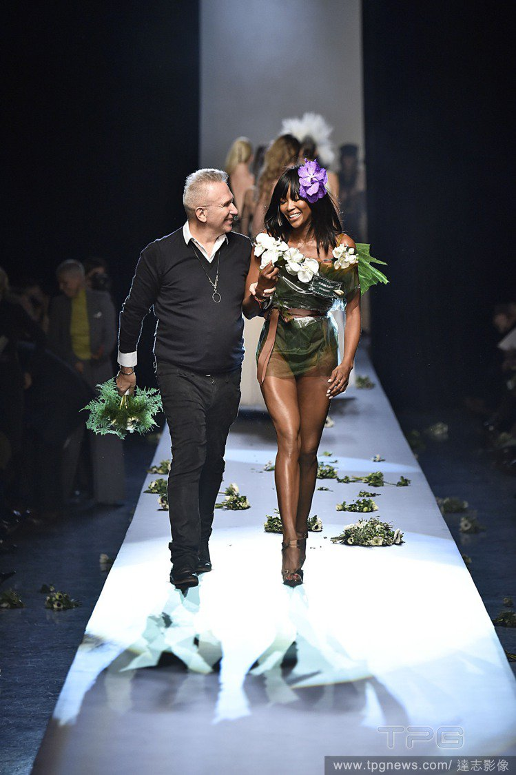 Jean Paul Gaultier 和娜歐蜜坎貝爾一起謝幕。圖/達志影像