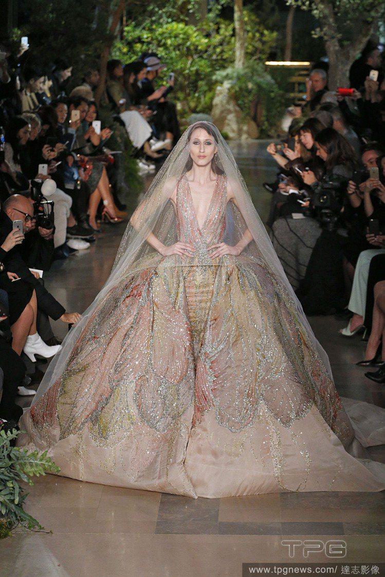 Elie Saab 新娘氣勢壓倒全場,無論長短禮服,皆維持一貫優雅,雕花蕾絲裸露...