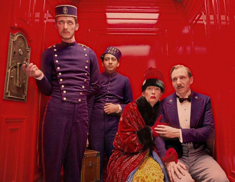 在劇中飾演有錢老太太的蒂達史雲頓,在戲中穿著FENDI的皮草大衣。圖/FENDI...
