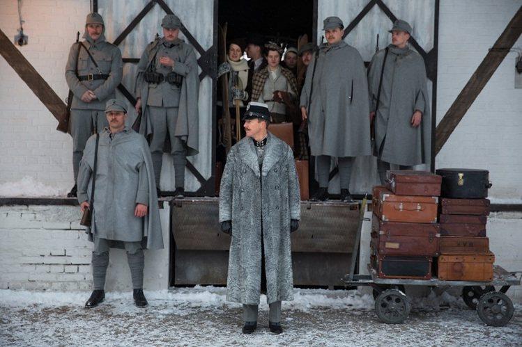 在片中飾演探長Henckel的愛德華諾頓,身穿FENDI灰色俄國羔羊皮雙排釦軍裝...