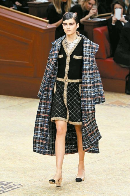 格紋與多層次穿搭是香奈兒秋冬新裝的重點。圖/法新社