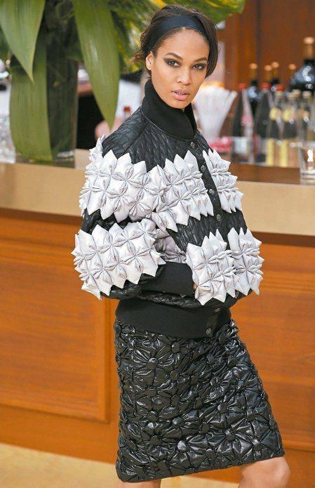 彷彿折紙般的手工製抓皺設計展現香奈兒工藝的精湛。圖/美聯社