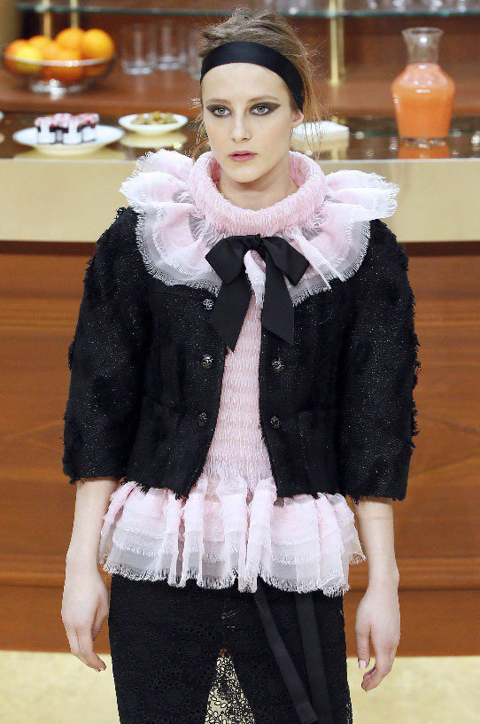 呼應香奈兒秋冬的復古風格,而晚裝大量運用羽毛裝飾與亮片珠繡長裙,一般女性也適合穿...