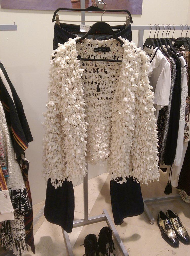 ZARA推春夏裝,女裝以回歸七○年代的迷幻搖滾為主,金屬綴飾、立體流蘇等細節打造...