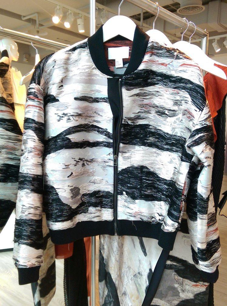 夾克造型非常特別。記者吳曉涵攝影
