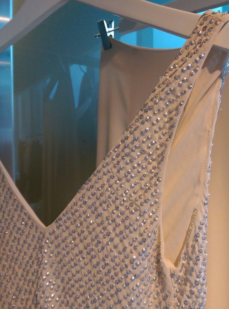 首度將再生珠片和塑膠首飾加入設計,既能展現華麗感也呼應永續時尚理念。記者吳曉涵攝...