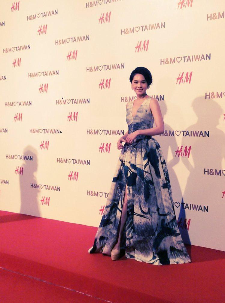楊丞林之前在H&M 微風松高店開幕時穿的潑墨禮服則充分展現隨性筆觸與正裝...