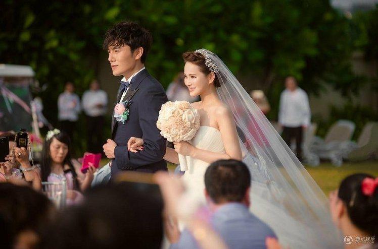 近日再婚的伊能靜,從被求婚那一刻起就一直被網友批評「炫富」,她的婚禮同樣也遭到許...